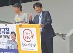 강규형KBS이사…사퇴촉구 조합원 옆 손가락으로 V 조롱