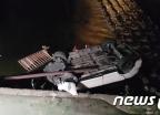 부산서 싼타페 차량 다리 난간 들이 받고 추락…2명 부상