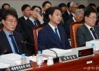 文정부 첫 청와대 국감 '조국불출석-색깔론' 충돌