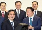 김동연-최태원, 사회적기업 가방 들고 활짝