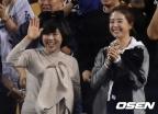 류현진, 완벽투로 시즌 3승.. 배지현 아나운서도 현장서 함께