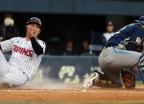 오지환 '위험 슬라이딩' 논란…야구 팬들 비판