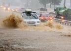 '더위 폭탄'에 이어 '물폭탄'…아수라장 된 강릉