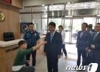 백군기 용인시장 경찰출석…'허위사실 유포' 혐의