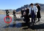 백두산 물 속에 구둣발로…北 취재진 '열기'