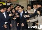 [사진]이해찬 대표 '방북단 모임 갑니다'