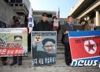 김정은 위원장 사진 든 보수단체 회원들