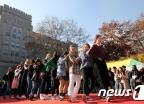 춤 추는 외국인학생들