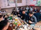'양옆에 여직원' 오거돈 부산시장, 회식 자리배치 논란 사과