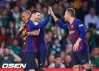'메시 해트트릭'…바르셀로나, 베티스 4-1로 격파