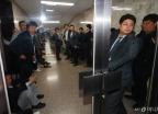 회의장 복도 점거한 자유한국당 당직자들