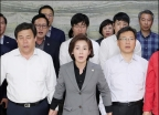 의안과 앞에서 애국가 제창하는 자유한국당