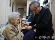 """91세 치매 노모와 64세 아들 """"어여 죽어 하다가도…"""""""