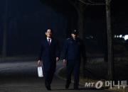 '영장 기각' 21시간만에 구치소 걸어나오는 이재용