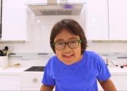 '8살 꼬마' 올해도 유튜버 수입 1위…300억 벌었다