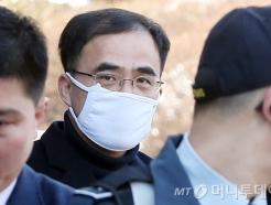 증인신문 마치고 헌재 나서는 김종