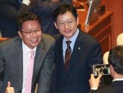 기념촬영하는 김경수-이철희 의원