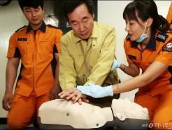 심폐소생술 훈련 참여하는 이낙연 총리