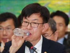 '깡생수' 마시는 김상조 공정위원장