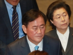 '특활비 의혹' 최경환, 국회 본회의 참석