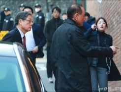 이명박 자택 찾은 김황식-김효재