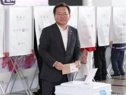 사전투표하는 김부겸 장관