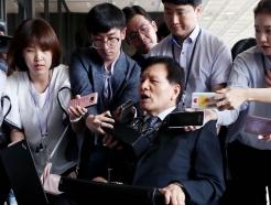 휠체어 타고 검찰 출석하는 이채필 전 장관