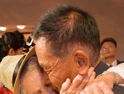 '눈물 겨운 이산가족 상봉'