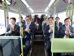 수소전기버스 탑승한 성윤모 장관