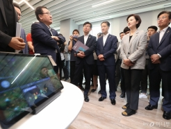 스마트오피스 5G 기술 체험하는 장관들