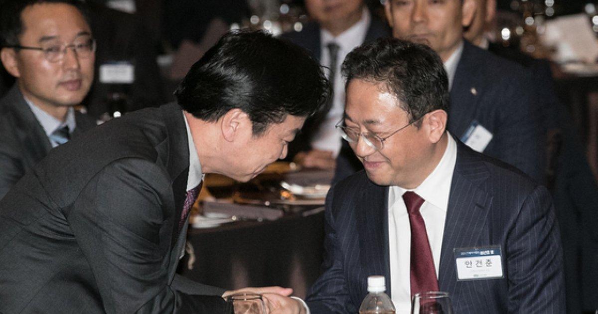 [사진]악수하는 홍종학 장관과 안건준 벤처기업협회 회장