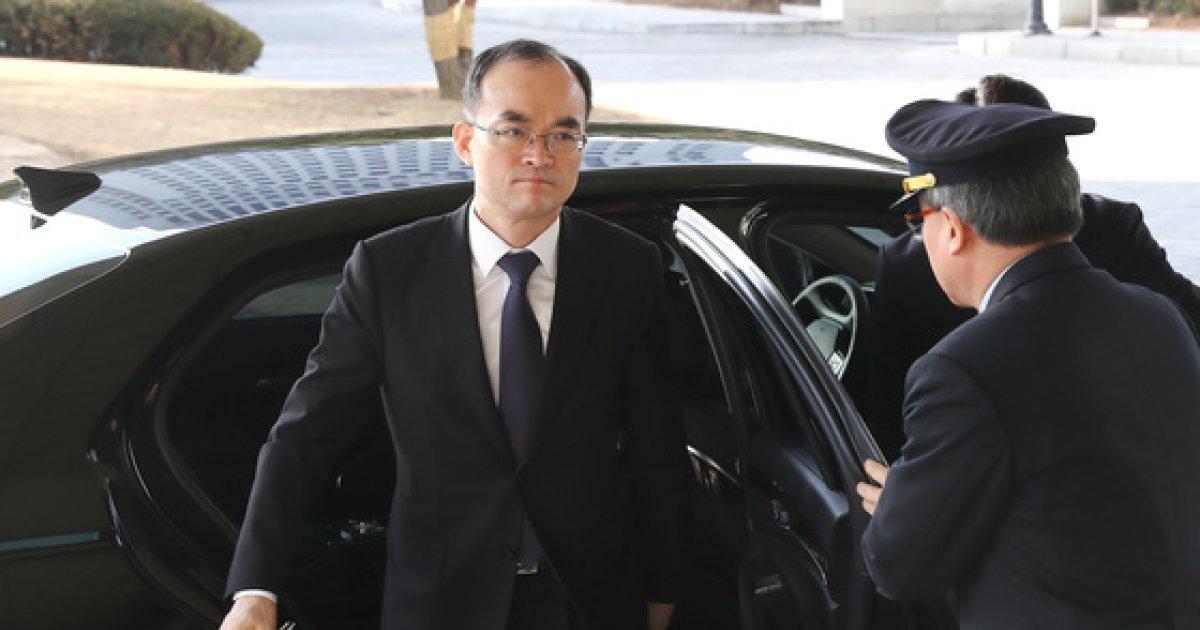[사진]대검찰청으로 들어서는 문무일 총장
