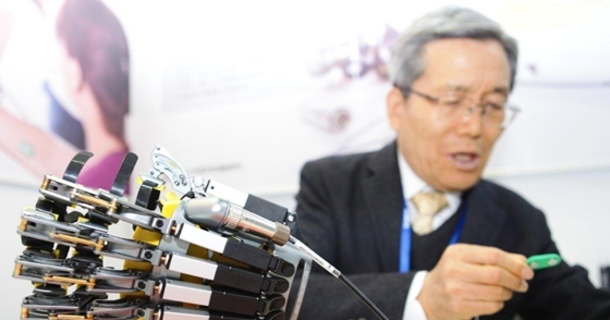"""KIMES2018, 우림테크놀로지 """"뇌졸증 신경성형 돕는 '손'"""""""