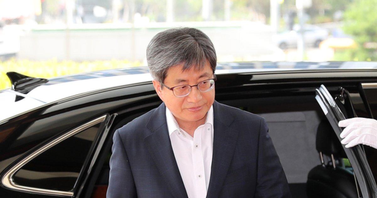 [사진]대법원 들어서는 김명수 대법원장