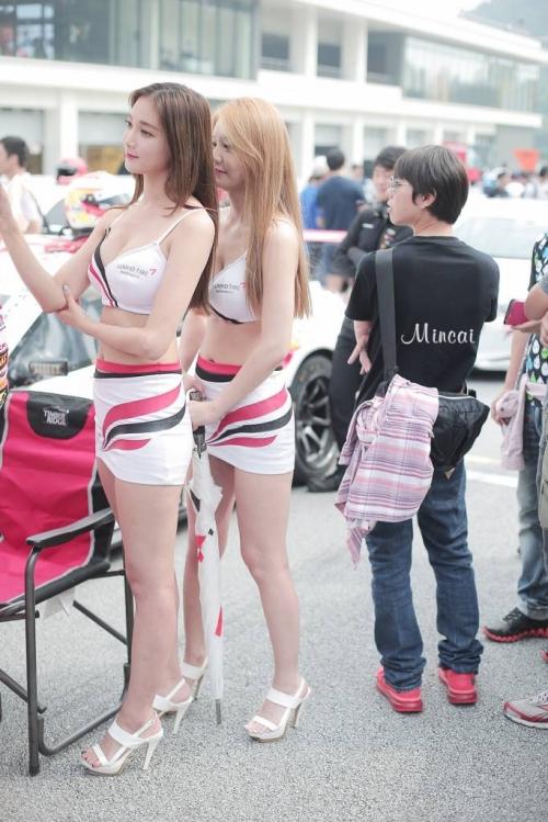 포즈취하는 금호레이싱팀 모델들