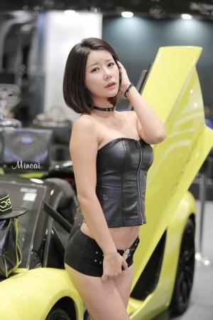 서울오토살롱 포즈취하는 레이싱모델들
