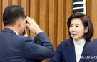 [포토 is] 나경원에 '거수경례'한 김한표, 왜?