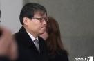 '靑선거개입' 이광철 9시간 검찰 조사…내일은 임종석 차례