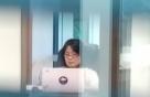 """'의원 윤미향' 첫 출근날, 사무실 앞엔 """"응원합니다"""" 화초"""