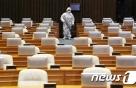 """오영환 '확진자 접촉'에 국회 비상…""""본회의 밤 10시로 연기"""""""
