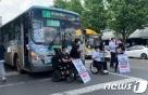 """""""장애인의 민주주의는 없다""""…518번 버스 막아선 휠체어"""
