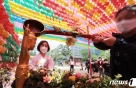 부처님 오신 날 하루 앞두고 사찰 찾은 시민들…'가족건강' 기원