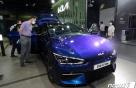 흥행돌풍 기아 전기차 'EV6' 1회 충전 주행거리 얼마?..첫 공개