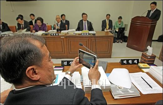 [사진]태블릿PC 사용하는 진성호 의원