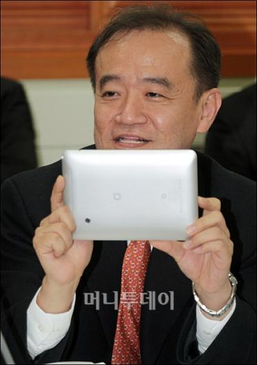 [사진]국감장에 등장한 태블릿 PC