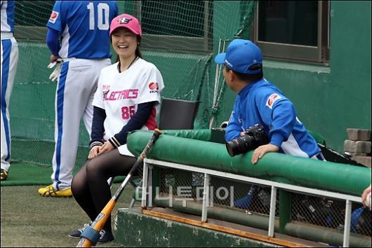 [사진]한국전력 배트걸의 미소!