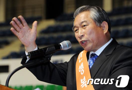 [사진]수락연설하는 허평환 대표