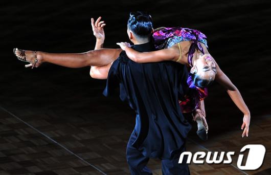 [사진]'숨막히는 라틴 댄스'