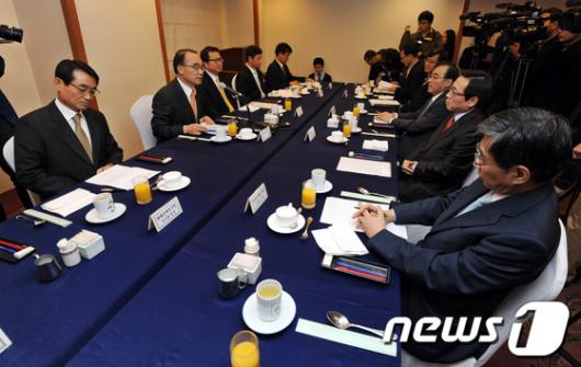 [사진]경제연구기관장들 만나는 박재완 장관