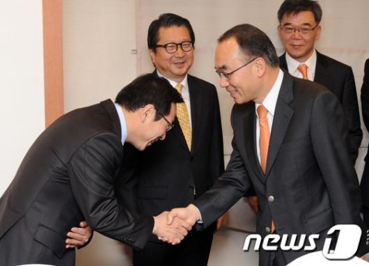 [사진]참석자들과 인사 나누는 박재완 장관